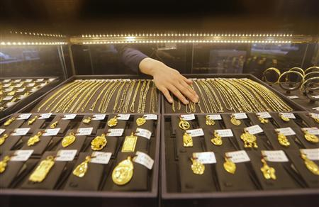 An employee arranges gold jewellery in the counter of a gold shop in Wuhan, Hubei province, in this April 16, 2013 file photo. REUTERS/Stringer/Files