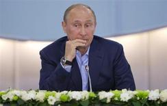 """Presidente russo Vladimir Putin é visto durante encontro com estudantes na Universidede Federal do Sul em Sochi, na Rússia. A principal rede social da Rússia foi brevemente proibida por autoridades nesta sexta-feira, em um movimento caracterizado como um """"erro"""", mas que ocorreu após a intensificação da pressão do governo sobre a empresa. 22/05/2013 REUTERS/Misha Japaridze/Pool"""