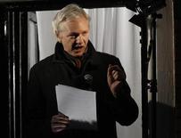 El fundador de WikiLeaks Julian Assange puede reivindicar ser un campeón de la transparencia, pero cuando un director de cine con un Oscar quiso sacar a la luz su ascenso a la fama tras publicar cables diplomáticos de Estados Unidos en su sitio web, Assange no estaba demasiado contento. En la imagen, el fundador de WikiLeaks, Julian Assange, habla desde el balcón de la embajada de Ecuador en Londres el 20 de diciembre de 2012. REUTERS/Luke MacGregor