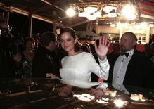 """A atriz Marion Cotillard acena ao deixar a exibição do filme """"The Immigrant"""", no Festival de Cannes, na França, nesta sexta-feira. 24/05/2013 REUTERS/Eric Gaillard"""