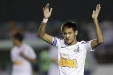 O jogador Neymar, do Santos, durante jogo contra o Atlético Goianiense pelo Campeonato Brasileiro, em Brasília, em novembro do ano passado. 10/11/2012 REUTERS/Ueslei Marcelino