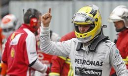 Piloto de F1 Nico Rosberg comemora a pole position após sessão de qualificação do GP de Mônaco. O alemão Nico Rosberg obteve neste sábado sua terceira pole position consecutiva na Fórmula 1 em uma dobradinha com Lewis Hamilton, seu companheiro de equipe na Mercedes, na primeira fila para o Grande Prêmio de Mônaco. 25/05/2013 REUTERS/Benoit Tessier
