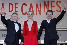 """Diretor Roman Polanski (E) e membros do elenco chegam para exibição do filme """"La Venus a la Fourrure"""" durante mostra competitiva do 66º Festival de Cannes, França. Uma Vênus vingativa, ajustando as contas sexual e psicologicamente, é a estrela de """"La Venus à la Fourrure"""" (Vênus em casaco de pele), do aclamado diretor Roman Polanski, um dos dois últimos filmes do festival de cinema de Cannes na competição principal a estrear no sábado. 25/05/2013 REUTERS/Regis Duvignau"""
