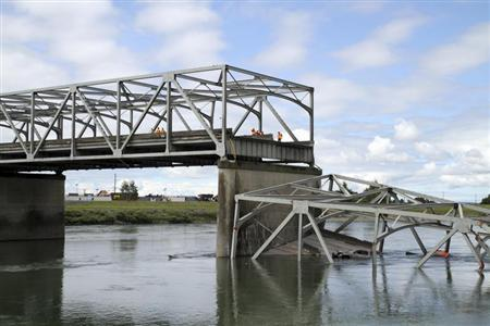 A span of highway bridge sits in the Skagit River May 24, 2013 after collapsing near the town of Mt Vernon, Washington late Thursday. REUTERS/Cliff DesPeaux