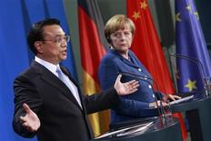 German Chancellor Angela Merkel (R) and Chinese Premier Li Keqiang attend a news conference after talks at the Chancellery in Berlin May 26, 2013. REUTERS/Thomas Peter