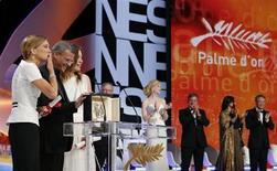 """Diretor Abdellatif Kechiche, atrizes Lea Seydoux (E) e Adele Exarchopoulos recebem Palma de Ouro durante cerimônia de encerramento do 66º Festival de Cannes. A história de amor entre duas mulheres """"La Vie d'Adele"""", do diretor francês Abdellatif Kechiche, conquistou o prêmio principal do Festival de Cinema de Cannes, a Palma de Ouro, neste domingo. 26/05/2013 REUTERS/Yves Herman"""