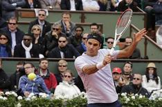 Suíço Roger Federer participa de partida contra o espanhol Carreno-Busta pelo Aberto da França em Paris. Com tranquilidade habitual, o veterano Roger Federer não teve dificuldades para despachar o novato espanhol Pablo Carreno-Busta na primeira rodada do Aberto da França, neste domingo, dando início à trajetória na busca pelo segundo título em Roland Garros com uma vitória por 6-2, 6-2 e 6-3. 26/05/2013 REUTERS/Philippe Wojazer
