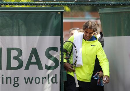 Rafael Nadal of Spain arrives for a training session at the French Open tennis tournament at the Roland Garros stadium in Paris May 25, 2013. REUTERS/Stephane Mahe