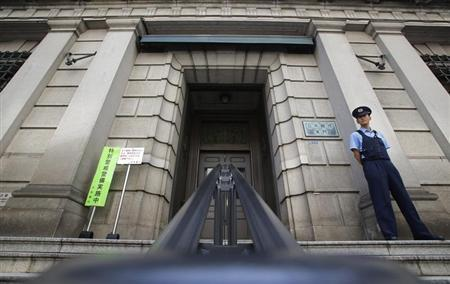 A security personnel stands guard at the Bank of Japan building in Tokyo, May 22, 2013. REUTERS/Yuya Shino