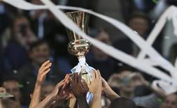"""Игроки """"Лацио"""" держат в руках Кубок Италии после победы над """"Ромой"""" в Риме 26 мая 2013 года. Римский """"Лацио"""" в шестой раз в своей истории выиграл Кубок Италии, в финале обыграв самого принципиального соперника - """"Рому"""" со счетом 1-0. REUTERS/Alessandro Bianchi"""
