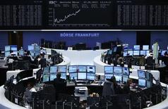 Трейдеры на торгах фондовой биржи во Франкфурте-на-Майне 7 мая 2013 года. Европейские рынки акций открылись ростом. REUTERS/Lisi Niesner