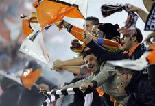 """Болельщики """"Валенсии"""" во время финального матча Кубка Испании против """"Хетафе"""" в Мадриде 16 апреля 2008 года. """"Валенсия"""" обошла в таблице чемпионата Испании """"Реал Сосьедад"""", выйдя на заветное четвертое место, дающее право на участие в Лиге чемпионов, за тур до конца сезона. REUTERS/Felix Ordonez"""