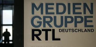 Le groupe de médias Bertelsmann souhaite investir trois milliards d'euros au cours des trois prochaines années, afin de se développer dans le segment de l'éducation et des services en ligne. Grâce à la trésorerie dégagée par la cession d'une partie du capital de RTL Group, pour environ 1,4 milliard d'euros, et à celle générée par les activités de Bertelsmann, le groupe peut investir dans des secteurs prometteurs, a déclaré Thomas Rabe, président du directoire de l'entreprise. /Photo d'archives/REUTERS/Wolfgang Rattay