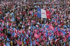 Акция протеста противников легализации однополых браков в Париже 26 мая 2013 года. Несколько сотен тысяч противников предоставления однополым парам прав традиционных семей вышли на демонстрацию в Париже в воскресенье, выступая против социальной реформы, проведенной правительством в прошлом месяце ценой углубления политического и культурного раскола в обществе. REUTERS/Stephane Mahe