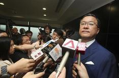 Основатель Гонконгской товарной биржи Барри Чьюнг в окружении журанлистов в Гонконге 22 мая 2013 года. Барри Чьюнг покинул пост независимого неисполнительного директора Русала после подозрений местной полиции в финансовых нарушениях на бирже. REUTERS/Stringer