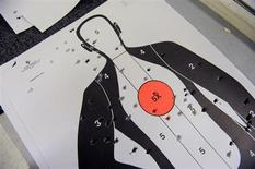 Изрешеченная пулями мишень на стрельбище в Сарасоте, Флорида 15 декабря 2012 года. Двадцатитрехлетний мужчина убил одного и ранил пятерых человек, включая шерифа, прежде чем был застрелен полицейскими. REUTERS/Brian Blanco