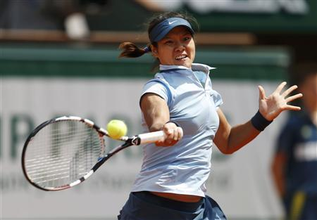 Li Na of China hits a return to Anabel Medina Garrigues of Spain during their women's singles match at the French Open tennis tournament at the Roland Garros stadium in Paris May 27, 2013. REUTERS/Vincent Kessler