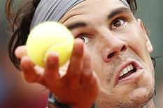 Rafael Nadal teve de se esforçar para conquistar uma vitória contra o alemão Daniel Brands na primeira rodada do Aberto da França, nesta segunda-feira, numa partida que quase tornou-se um problema para o heptacampeão do campeonato. 27/05/2013 REUTERS/Vincent Kessler