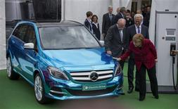 German Chancellor Angela Merkel (R), Transport Minister Peter Ramsauer (R, back) and CEO of German carmaker Daimler Dieter Zetsche look at a Mercedes electric automobile at the Electric Mobility Conference of the German government in Berlin May 27, 2013. REUTERS/Thomas Peter