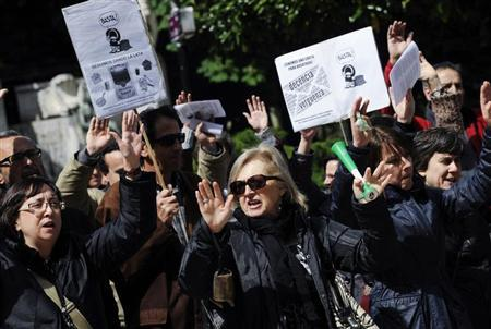 Civil servants chant slogans during a protest against government austerity measures in Oviedo, northern Spain May 24, 2013. REUTERS/Eloy Alonso