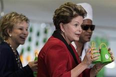 A presidente da República, Dilma Rousseff, levanta a Caxirola numa exibição no Palácio do Planalto em Brasília. Herdeira da vuvuzela, instrumento musical que fez sucesso na Copa do Mundo de 2010 na África do Sul, a brasileira caxirola está vetada para a Copa das Confederações e não poderá ser usada nos estádios do evento, disse nesta segunda-feira o gerente-geral de segurança do Comitê Organizador Local da Copa do Mundo de 2014 (COL), Hilário Medeiros. 23/04/2013 REUTERS/Ueslei Marcelino