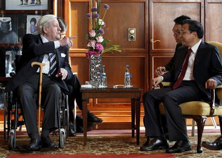 Former German Chancellor Helmut Schmidt gestures while he and Chinese Premier Li Keqiang (R) chat during a meeting in Berlin May 27, 2013. REUTERS/Michael Sohn/Pool