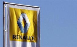 Renault, qui va recruter pour son usine de Flins afin d'y assurer la production de la future Nissan Micra en 2016, à suivre mardi à la Bourse de Paris. /Photo d'archives/REUTERS/Régis Duvignau
