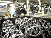Volkswagen a conclu mardi avec le syndicat IG Metall un accord prévoyant d'importantes augmentations de salaires pour ses salariés en Allemagne, dans un contexte de fortes revendications salariales à l'approche des élections de septembre. Les salaires augmenteront de 3,4% en septembre, puis de 2,2% en juillet 2014. /Photo prise le 25 février 2013/REUTERS/Fabian Bimmer