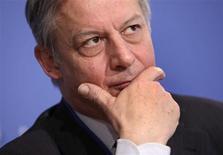 """Le gouverneur de la Banque de France, Christian Noyer, s'est inquiété mardi de l'impact potentiellement négatif sur l'économie du projet de taxe sur les transactions financières s'il est limité à quelques pays européens. Le projet préparé par la Commission européenne en vue d'une mise en oeuvre en 2014 dans les onze pays, dont la France et l'Allemagne, qui en ont accepté le principe, """"ne rapporterait rien du tout"""" s'il était appliqué tel quel, a-t-il dit. /Photo prise le 20 avril 2012/REUTERS/Yuri Gripas"""
