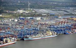 Les exportateurs allemands ont baissé leurs prix de vente de 0,4% en moyenne en avril par rapport à la même époque de l'an dernier, du jamais vu depuis décembre 2009, en raison de la faiblesse de la demande, qui attise la concurrence. /Photo prise le 8 octobre 2012/REUTERS/Fabian Bimmer