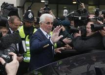 O agente de celebridades britânico Max Clifford deixa tribunal na corte de magistrados de Westminster, em Londres. O mais conhecido agente de celebridades da Grã-Bretanha, Clifford declarou-se na terça-feira inocente das 11 acusações de atentado violento ao pudor contra sete meninas de 15 a 19 anos, entre 1966 e 1985. 28/05/2013. REUTERS/Stefan Wermuth