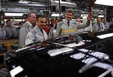 La production de la Nissan Micra dans l'usine Renault de Flins donnera du travail à un millier de personnes environ et permettra des embauches sur le site, a déclaré Carlos Ghosn aux journalistes à l'occasion d'une visite du ministre du Redressement productif Arnaud Montebourg à Flins. /Photo prise le 28 mai 2013/REUTERS/Benoit Tessier