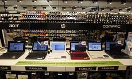 Les ventes mondiales d'ordinateurs enregistreront un recul plus marqué que prévu de 7,8% cette année et les ventes de tablettes devraient, pour la première fois, dépasser celles d'ordinateurs portables, a annoncé mardi le cabinet d'études IDC. /Photo d'archives/REUTERS/Eric Gaillard