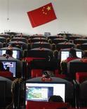 Люди сидят в интернет-кафе в округе Чанчжи в провинции Шаньси КНР, 22 февраля 2010 года. Китайские хакеры украли чертежи новой дорогостоящей штаб-квартиры австралийской разведки на волне роста числа киберударов по коммерческим и военным объектам союзников США, сообщило новостное агентство Австралии. REUTERS/Stringer
