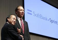Masayoshi Son, patron de Softbank (à gauche) et Dan Hesse, PDG de Sprint Nextel. Les deux groupes ont conclu un accord avec les autorités américains sur les questions de sécurité nationale liées à l'offre de rachat de 20,1 milliards de dollars de la banque japonaise sur l'opérateur mobile américain. /Photo prise le 15 octobre 2012/REUTERS/Yuriko Nakao