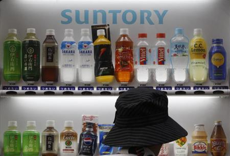 Suntory beverages are seen in a vending machine in Tokyo September 10, 2009. REUTERS/Yuriko Nakao