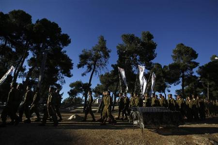 Israeli soldiers of the Ultra-Orthodox brigade take part in a swearing-in ceremony in Jerusalem May 26 2013, after they have completed their basic training in the Israel Defense Forces. REUTERS/Ammar Awad