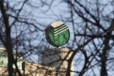 Логотип Сбербанка на крыше центрального офиса в Москве 28 марта 2013 года. Крупнейший госбанк РФ Сбербанк снизил прибыль на 4 процента, потратив на резервы под проблемные кредиты больше, чем ожидалось, после бурного роста кредитов населению, качество которых ухудшается на фоне ослабления российской экономики. REUTERS/Maxim Shemetov