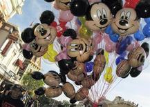 Balões do Mickey Mouse são carregados pela rua principal da Disneylândia, em Anaheim, na Califórnia. Uma pequena explosão ouvida na terça-feira em uma lata de lixo da Disneylândia, na Califórnia, parece ter sido causada por gelo seco em uma garrafa de plástico, e pode ter sido uma brincadeira, disse a polícia. 11/11/2011. REUTERS/Mike Blake