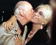 Dario Fo beija sua mulher Franca Rame em Milão, após receber o Nobel de Literatura em 1997. A atriz italiana Franca Rame, esposa e musa do dramaturgo ganhador do Nobel de Literatura Dario Fo, morreu nesta quarta-feira, aos 84 anos, informou a companhia teatral do casal. 8/10/1997