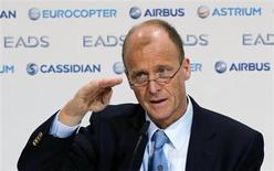 Tom Enders, président exécutif d'EADS, a déclaré que sa filiale de construction aéronautique Airbus était bien partie pour vendre plus de 800 appareils cette année, soit une centaine de plus que prévu jusqu'ici. /Photo prise le 27 février 2013/REUTERS/Fabrizio Bensch