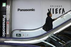 Le groupe japonais Panasonic veut supprimer environ 5.000 emplois dans sa division automobile et industrie, dans le but de porter sa marge d'exploitation à 5% au moins d'ici trois ans. /Photo prise le 9 mai 2013/REUTERS/Toru Hanai
