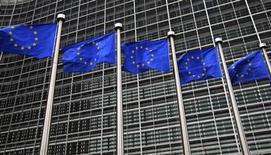 Флаги ЕС у здания Еврокомиссии в Брюсселе 12 октября 2012 года. После трех лет глубокого сокращения расходов Европейский союз сообщил об изменении политики, заявив, что страны блока должны сконцентрироваться на структурных экономических реформах для стимулирования роста, не забывая о бюджетном планировании. REUTERS/Yves Herman