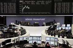 Трейдеры на торгах фондовой биржи во Франкфурте-на-Майне 30 мая 2013 года. Европейские акции поднялись за счет горнорудных компаний, но многие аналитики предсказывают, что в ближайшее время рынок останется в узком диапазоне из-за неуверенности в перспективах проводимой ФРС программы скупки облигаций. REUTERS/Remote/Marte Kiesling