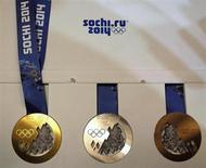Медали зимних Олимпийских игр в Сочи на презентации в Санкт-Петербурге 30 мая 2013 года. Организаторы сочинской Олимпиады в четверг впервые показали медали, которыми будут награждаться призеры стартующих через восемь месяцев соревнований. REUTERS/Alexander Demianchuk