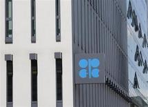Логотип ОПЕК у штаб-квартиры компании в Вене 29 мая 2013 года. Организация стран-экспортеров нефти (ОПЕК) снизила добычу в мае из-за сокращения экспорта из Ирака и Ирана и перебоев в Африке, показал опрос Рейтер. REUTERS/Leonhard Foeger