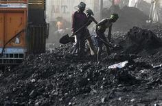 Рабочие грузят уголь в пригороде индийского города Джамму 22 марта 2012 года. Индия в среду сделала шаг к созданию регулятора угольной промышленности, который, как она надеется, стимулирует предложение и поможет изжить коррупцию в отрасли, являющейся главным источником энергии для третьей по величине экономики Азии. REUTERS/Mukesh Gupta