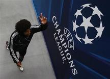 Jogador do Bayern de Munich Dante acena após sessão de treinos no estádio Wembley, em Londres. Dante e o meio-campista Luiz Gustavo vão perder a final da Copa da Alemanha no sábado contra o VfB Stuttgart, após o Brasil mandar a dupla se apresentar para um treino no mesmo dia, disse o clube bávaro. 24/05/2013. REUTERS/Eddie Keogh