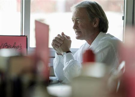 Lincoln Chafee sits down for lunch at Bishop's 4th Street Diner in Newport, Rhode Island November 6, 2006. REUTERS/Brian Snyder