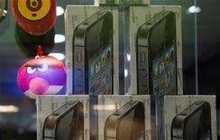 Une boutique à Téhéran. Les Etats-Unis envisagent d'assouplir les sanctions pesant sur l'Iran afin de permettre à des entreprises américaines de vendre aux Iraniens des téléphones portables autres technologies nécessaires aux télécommunications, indiquent deux responsables américains. Cet assouplissement, qui devrait intervenir jeudi, permettra aux Iraniens d'avoir accès aux nouveaux iPhone d'Apple ainsi qu'aux dernières versions de logiciels seulement disponibles sur le marché noir à Téhéran. /Photo d'archives/REUTERS/Morteza Nikoubazl
